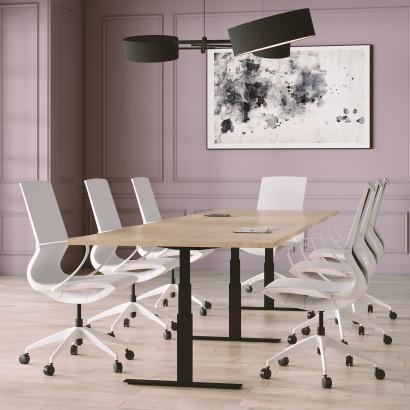 Höhenverstellbarer Schreibtisch, silbernes Gestell und eine hellgraue Schreibtischplatte - Premium
